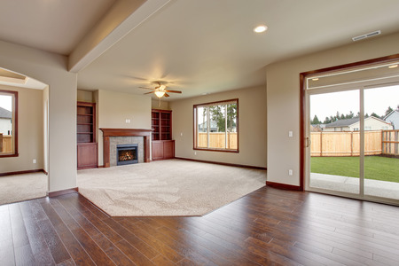 Foto de Lovely unfurnished living room with carpet and fireplace. - Imagen libre de derechos