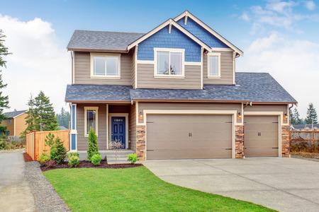 Foto de Beautiful traditional home with garage and driveway. - Imagen libre de derechos
