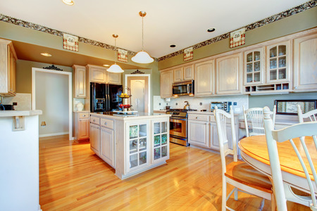 Photo pour Modern style kitchen with glossy hardwood floor, and new appliances. - image libre de droit