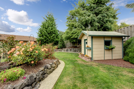 Photo pour Back yard with green house shack, and garden. - image libre de droit
