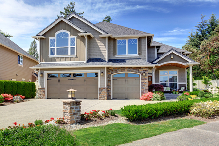 Photo pour Home exterior with garage and driveway with nice landscaping desing around - image libre de droit