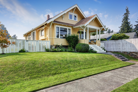 Photo pour American craftsman home with yellow exterior paint and well kept front garden. Northwest, USA - image libre de droit