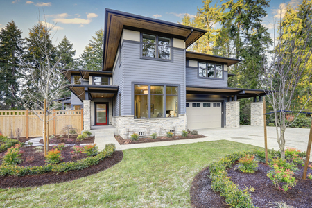 Photo pour Luxury new construction home with blue siding and natural stone wall trim. Northwest, USA - image libre de droit