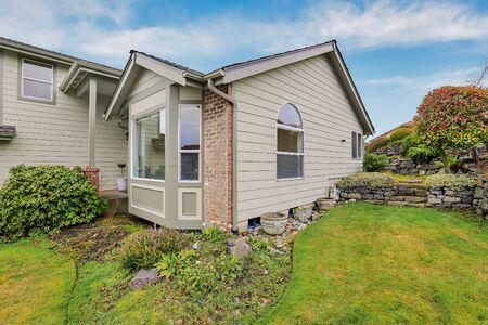 Photo pour House exterior corner  during Seattle winter - pacific northwest mild climate. - image libre de droit