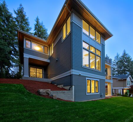 Photo pour Modern house exterior lwith ush landscaping in the suburbs of North America - image libre de droit