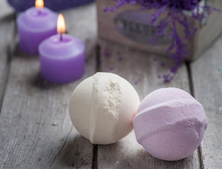 Photo pour SPA still life,bath bombs closeup with violet flowers on wooden background. - image libre de droit