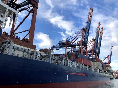 Photo pour Industrial ship cranes in the port of Hamburg, Germany. - image libre de droit