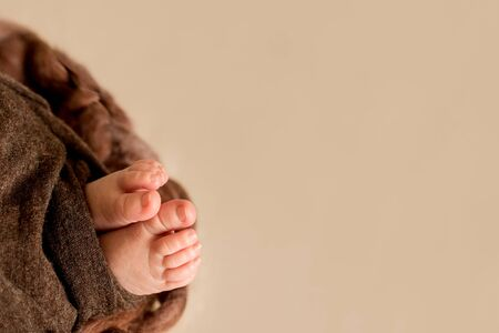 Photo pour feet of the newborn baby, fingers on the foot, maternal care, love and family hugs, tenderness - image libre de droit