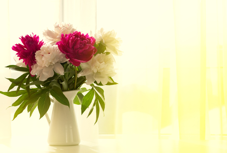 Photo pour White and pink peonies in vase on white table - image libre de droit
