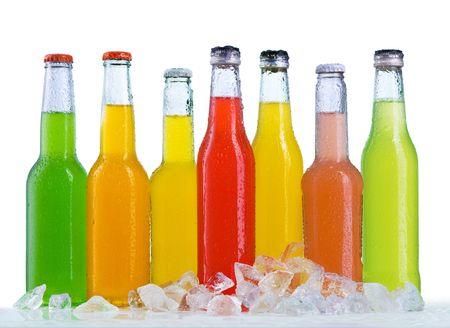 Photo pour Close up view of the bottles in ice - image libre de droit