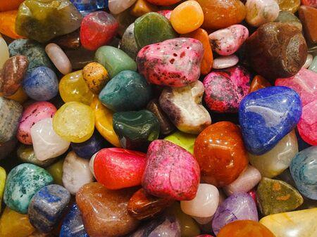 Foto de A pile of bright multi-colored pebbles for creativity and decoration - Imagen libre de derechos