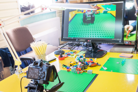 Photo pour KROPIVNITSKIY, UKRAINE – 12 MAY, 2018: Stop motion animation process with Lego details and toy cars. Computer monitor, stop motion elements to create animations using a DSLR camera on table - image libre de droit