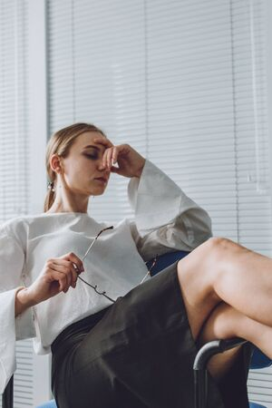Photo pour Young business woman take it easy working and resting in office. Niksen, do nothing, overwork, Life quality, living balance concept. - image libre de droit