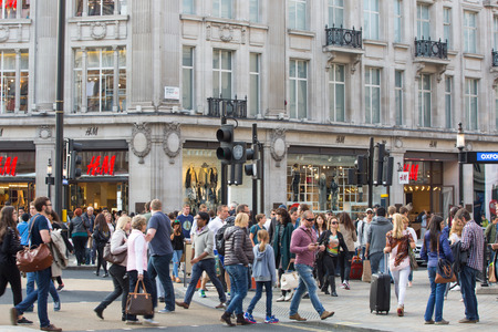 Foto de LONDON, UK - OCTOBER 4, 2015: Regent street with lots of walking people crossing the road. Shopping at west end - Imagen libre de derechos