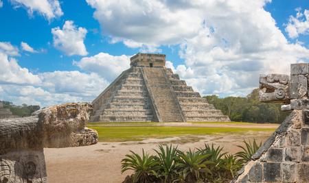 Photo pour Mexico, Chichen Itza, Yucatn. Mayan pyramid of Kukulcan El Castillo - image libre de droit