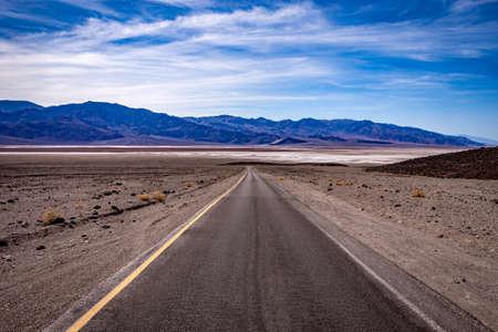 Photo pour road lines in death valley desert, california, usa - image libre de droit