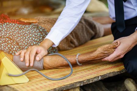 Photo pour Family medicine visits the  elderly woman in rural - image libre de droit