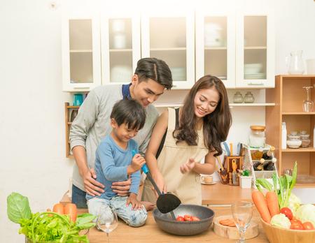 Photo pour Asian family cooking in the kitchen - image libre de droit