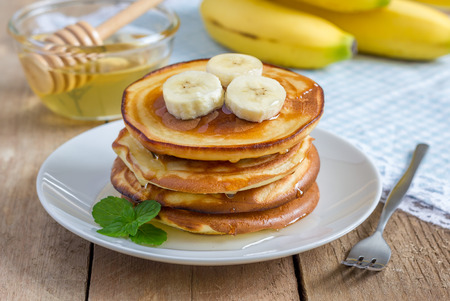 Photo pour Stack of pancakes with banana and honey - image libre de droit