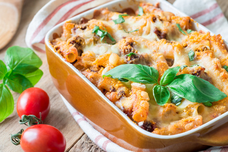 Photo pour Ziti bolognese in baking dish, pasta casserole with minced meat, tomato sauce and cheese, horizontal - image libre de droit