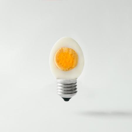 Photo pour Egg lightbulb on bright background. Idea concept. - image libre de droit