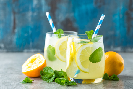 Photo pour Lemonade or mojito cocktail with lemon and mint, cold refreshing drink or beverage with ice - image libre de droit