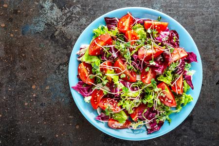 Photo pour salad bowl, mixed fresh vegetables, healthy clean food, diet eating - image libre de droit