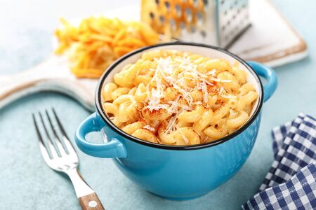 Photo pour traditional american dish macaroni pasta and a cheese sauce - image libre de droit