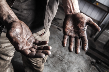 Photo pour Dirty hands of mechanic at car station - image libre de droit