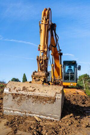 Photo pour industry heavy equipment yellow Excavator at Construction Site - image libre de droit
