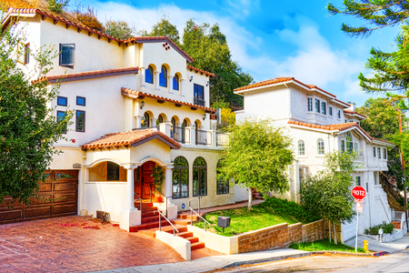Photo pour Urban views of the Beverly Hills area and residential buildings on the Hollywood hills. USA. - image libre de droit