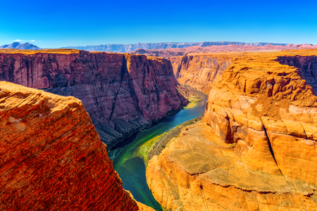 Foto de Horseshoe Bend is a horseshoe-shaped incised meander of the Colorado River located near the town of Page, Arizona. - Imagen libre de derechos