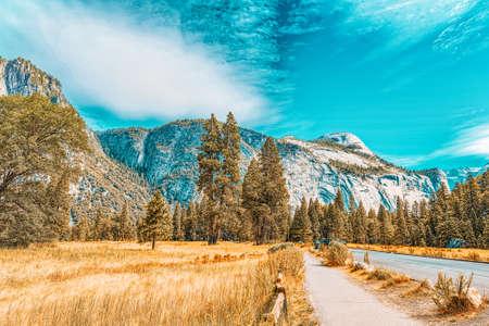Photo pour Yosemite Valley. Magnificent national American natural park - Yosemite. California. USA. - image libre de droit