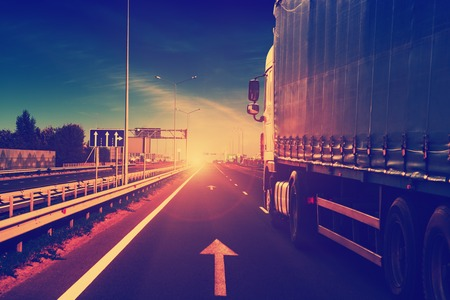 Photo pour truck on a highway - image libre de droit