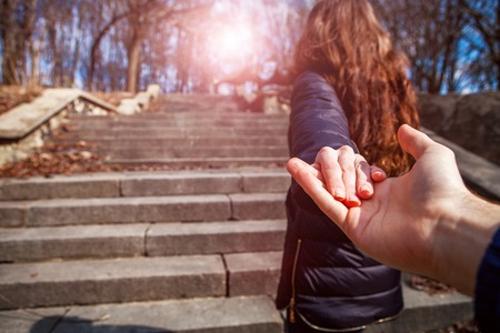 Foto de a girl goes on a post holding a fellow on a hand - Imagen libre de derechos