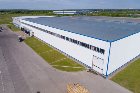 Foto de aerial view warehouse building on a summer day - Imagen libre de derechos
