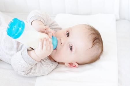 Photo pour The baby eats from a small bottle  4,5 months   - image libre de droit