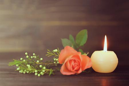Photo pour Burning candle and flowers - image libre de droit