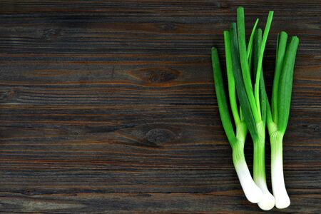 Photo pour Spring onions on wooden background with copy space - image libre de droit