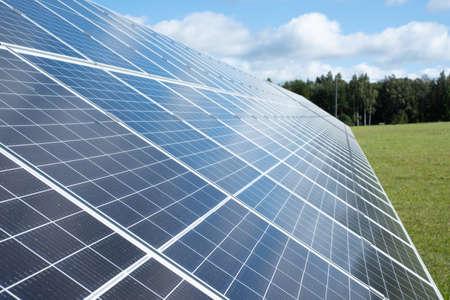 Photo pour Solar panels. Solar panels on a green grass field - image libre de droit
