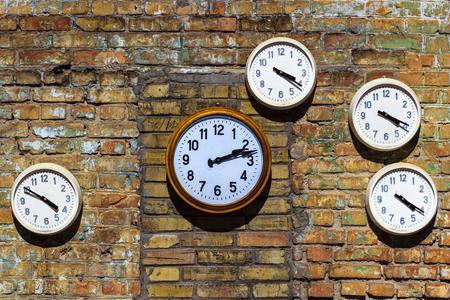 Foto de Old clock on a brick wall - Imagen libre de derechos