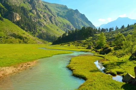 Photo pour This is emmerald river in Caucasus green valley - image libre de droit