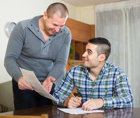Photo pour russian flatmates discussing tenancy agreement at new apartment - image libre de droit