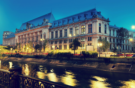 Foto de Court of Apparel on banks of river Dambovita, Bucharest, Romania - Imagen libre de derechos