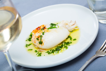 Photo pour Fried cuttlefish served with green olive oil sauce with garlic and parsley - image libre de droit