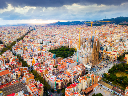 Foto de Aerial view of cityscape of Barcelona, Eixample district and Sagrada Familia - Imagen libre de derechos