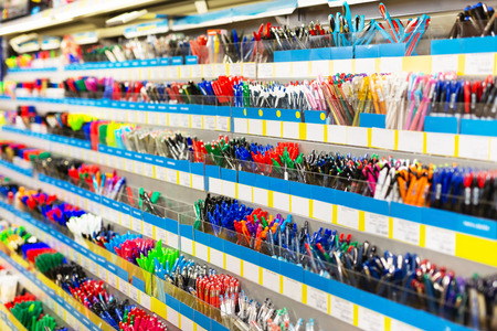 Photo pour Image of shelves with a different pens and stationery in stationery shop - image libre de droit