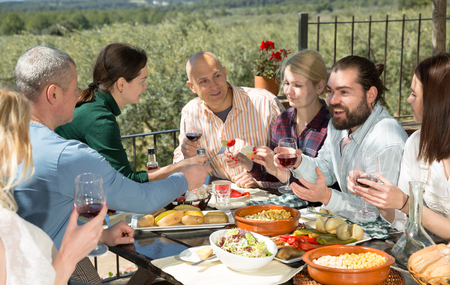 Photo pour Company of six spends time at lunch in a open-air terrace - image libre de droit