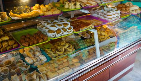 Photo pour Assorted Turkish sweet-stuff on counter at market - image libre de droit