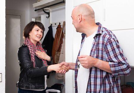 Photo pour Female tenant gives keys to male landlord - image libre de droit